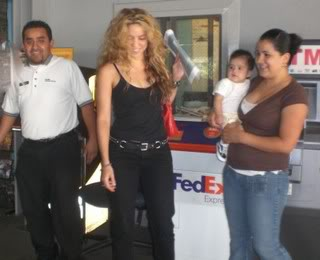 Shakira with fans at CNN building Cnn2
