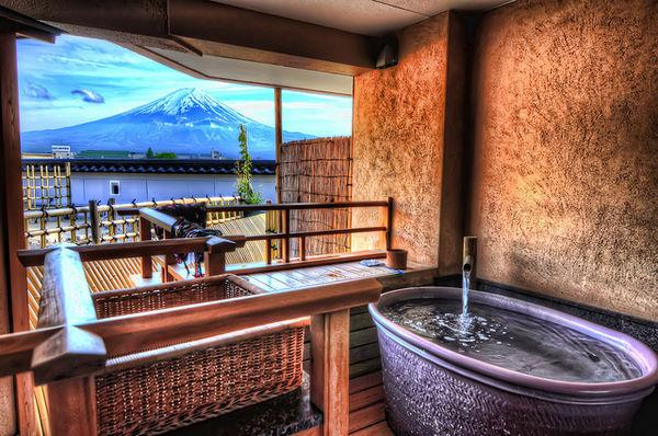[Du lịch] 9 địa điểm ngắm núi Phú Sĩ đẹp nhất Mount-Fuji-from-Kawaguchiko-Onsen-1023