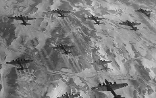 Actual WWII aircraft pictures - ALLIES B17sincombatduringbattleofbulge