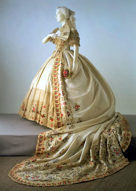 La moda en el siglo XIX Court-dress