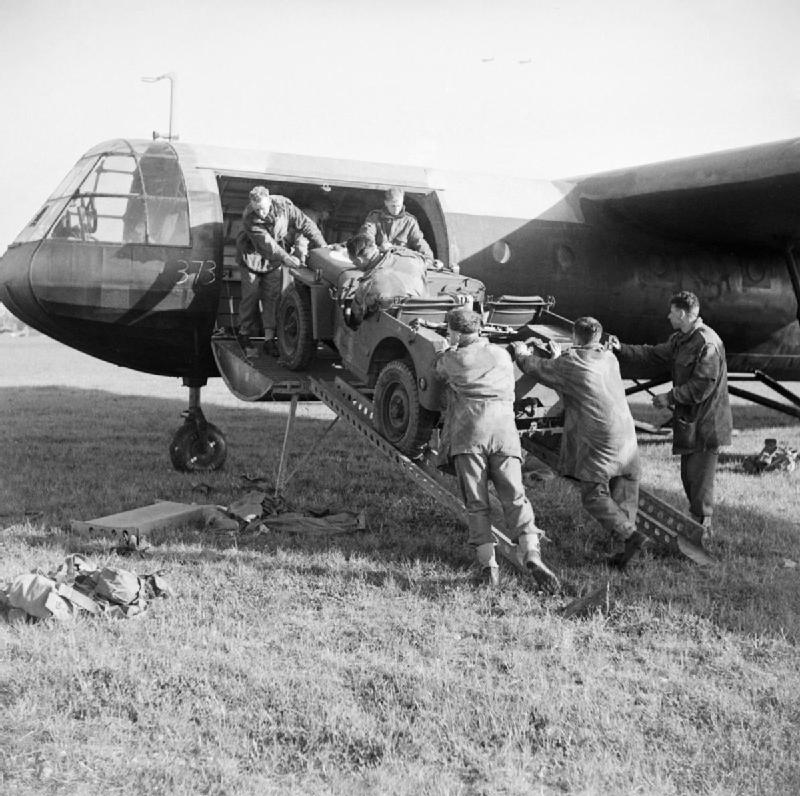 Airspeed AS.51 Horsa (terminé) A_jeep_is_loaded_aboard_a_Horsa_glider_during_a_large-scale_airborne_forces_exercise_22_April_1944._H37692