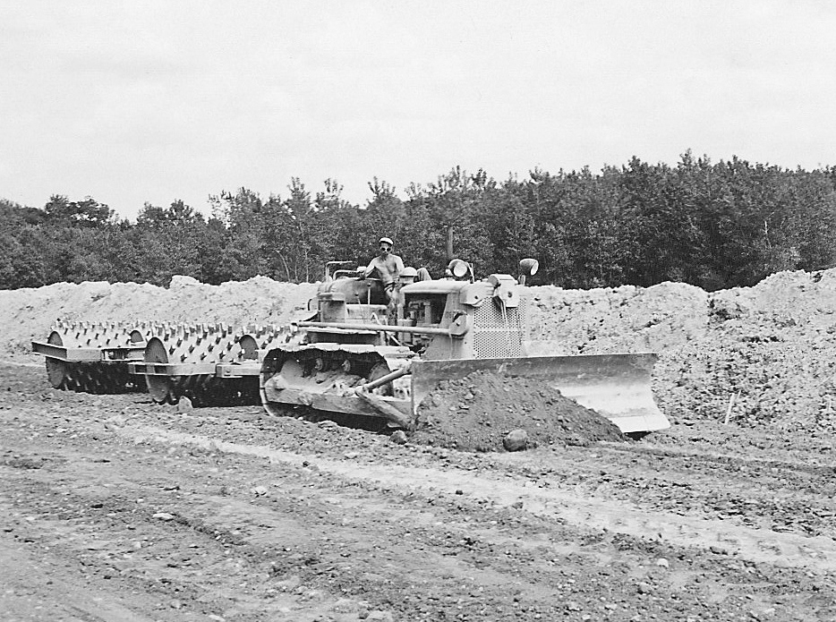 Bulldozer Caterpillar D7 et Le Tourneau sheepfoot roller Sheepsfoot-rollers-pulled-by-caterpillar-d-7-dozer-edgar-browning-image
