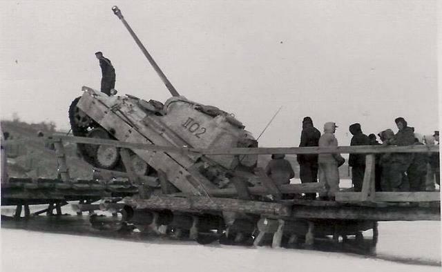 Un King Tiger Ausf. B en mauvaise posture Panther%20en%20difficulteacute_zps6qann6ri