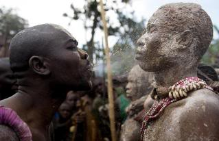 Ritos y ceremonias: Importancia educativa personal y social de las tradiciones Dirt-blow_1005355i