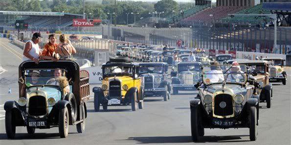 Colecionadores pilotam carros antigos em evento na França Le2