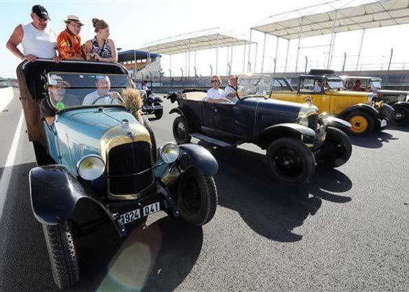 Colecionadores pilotam carros antigos em evento na França Le3