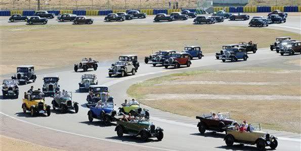 Colecionadores pilotam carros antigos em evento na França Le4