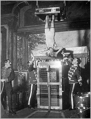 ♕ SPIRIT BRINGERS: EMPYREAN REALM. (SAGA DE DENEB - GRAN TORNEO) - Página 6 Houdini-camara-tortura-chin