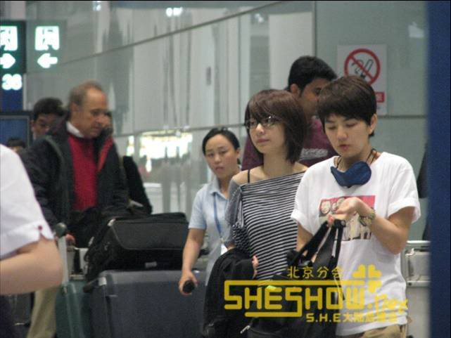 S.H.E @ Beijing Airport 06-05-08 Picture1