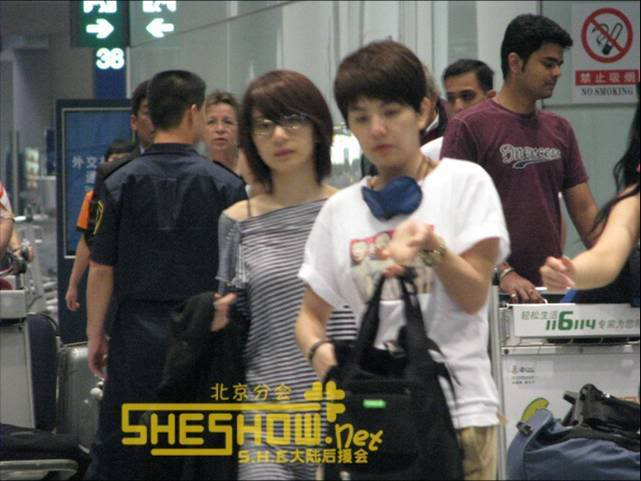 S.H.E @ Beijing Airport 06-05-08 Picture2