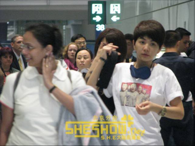 S.H.E @ Beijing Airport 06-05-08 Picture3