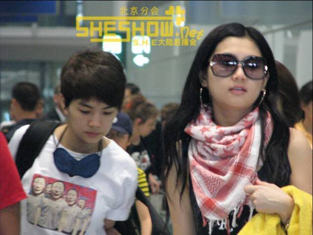 S.H.E @ Beijing Airport 06-05-08 Picture4