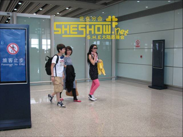 S.H.E @ Beijing Airport 06-05-08 Picture5