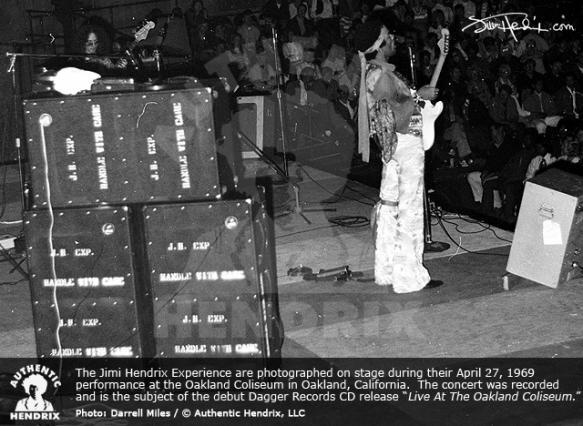 Live At The Oakland Coliseum (1998) D37e9f0f6621d8d2c4cb64e3b55591a7