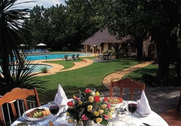 Dinning by the Pool Valley_lodge_magaliesburg_01