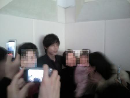 Más fotos de Kim Hyun Joong en el casamiento de su tío. 61628522-1