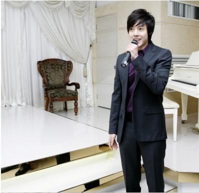 Más fotos de Kim Hyun Joong en el casamiento de su tío. HJL_web003