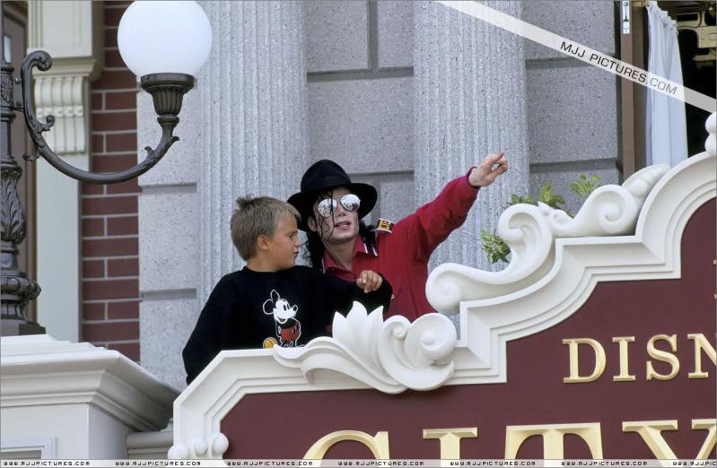 1992- Michael Visits Disneyland Paris 013-16