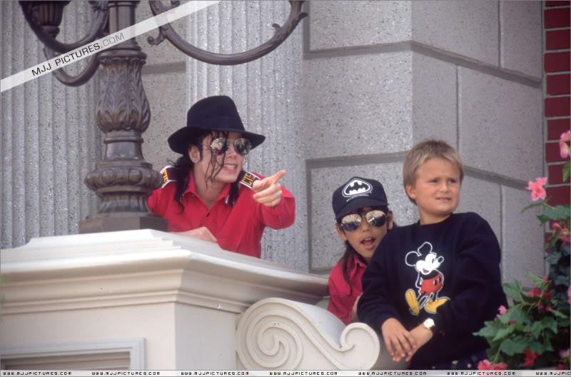 1992- Michael Visits Disneyland Paris 014-16