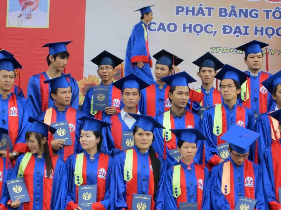 Ảnh tốt nghiệp.  208853_2200941560663_1773881490_n