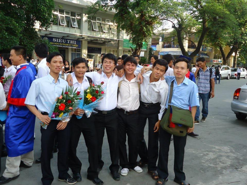 Ảnh tốt nghiệp.  246401_437917309563443_1437176682_n