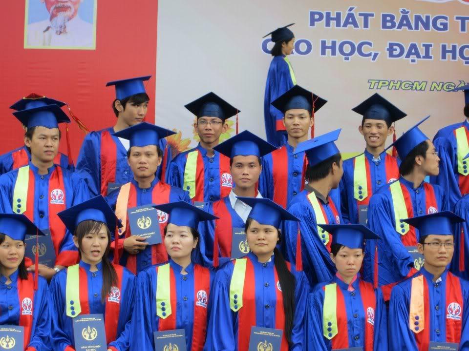 Ảnh tốt nghiệp.  317923_2200940800644_731303140_n1