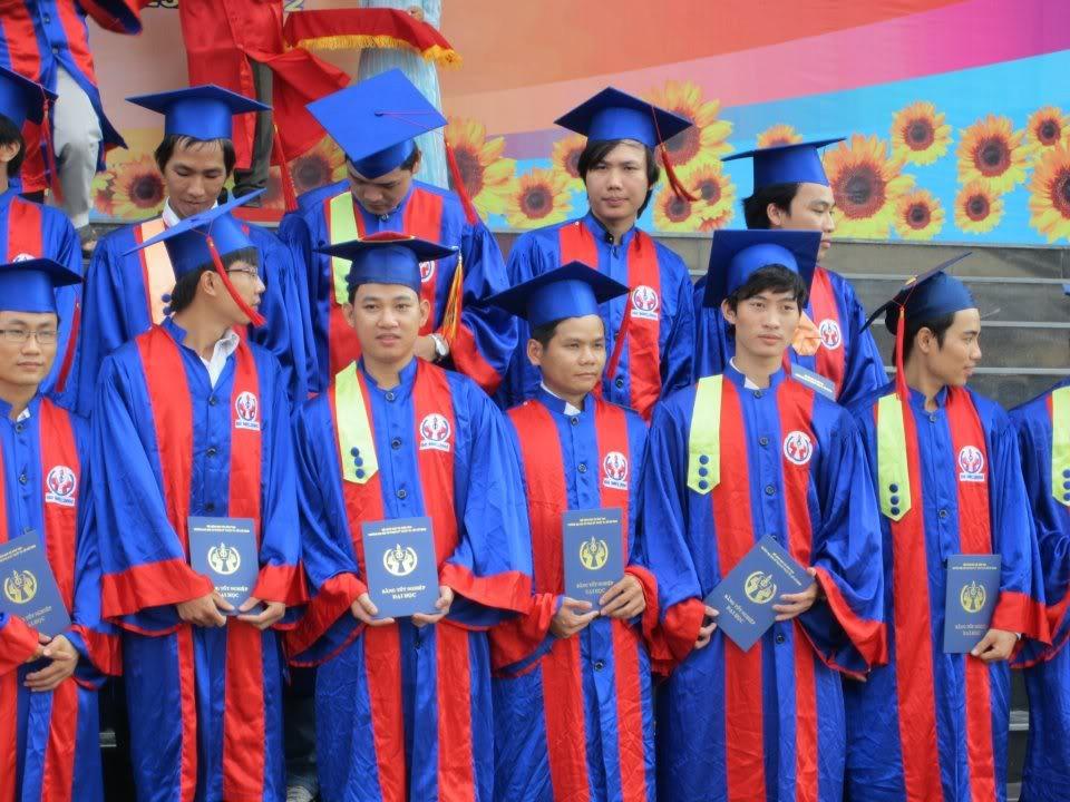 Ảnh tốt nghiệp.  382421_2200937840570_261513692_n
