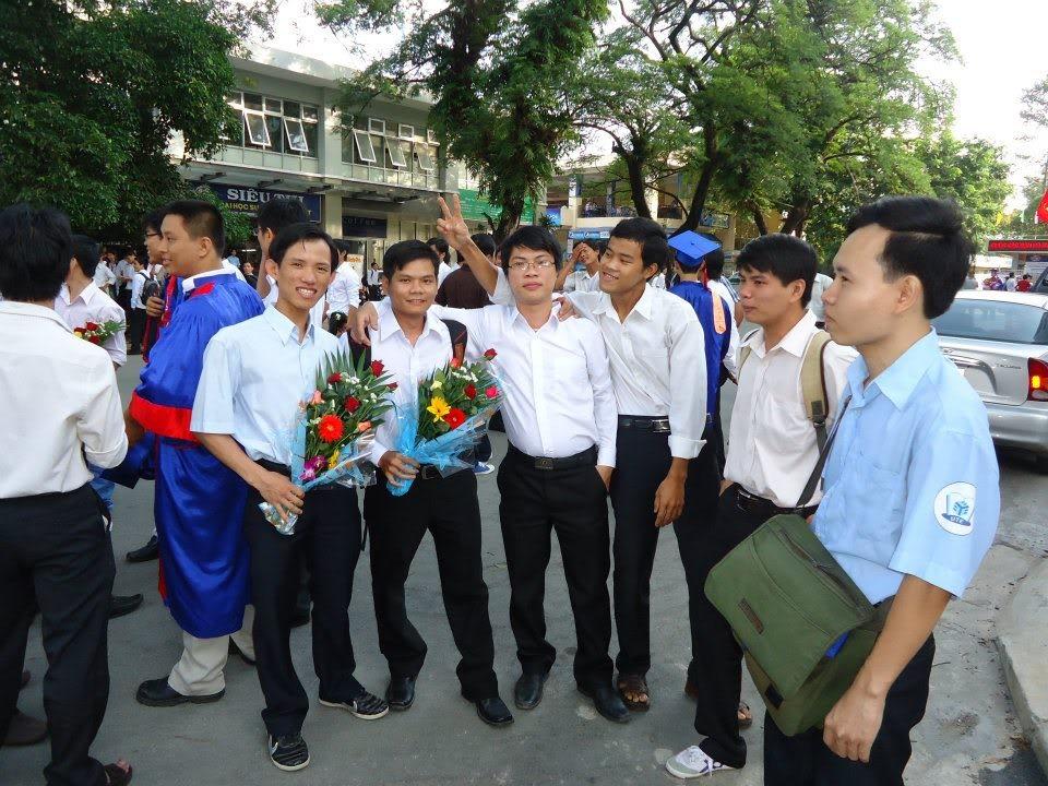 Ảnh tốt nghiệp.  542397_437917116230129_1254280724_n