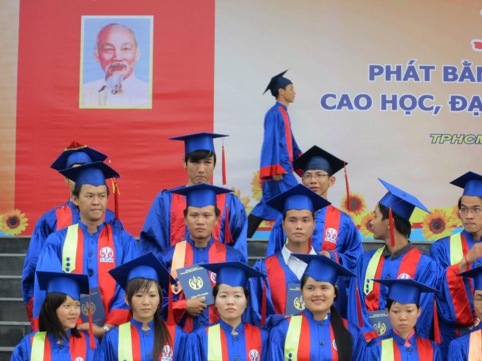 Ảnh tốt nghiệp.  545355_2200939320607_2060964096_n