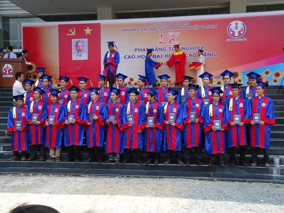 Ảnh tốt nghiệp.  550825_437917689563405_1675735264_n