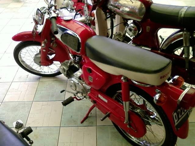 Motor KLASIK (jadul) mana yang paling LANGKA dari semua koleksi bro kita ini? hayoo sapa bisa jawab :) 20080901095809