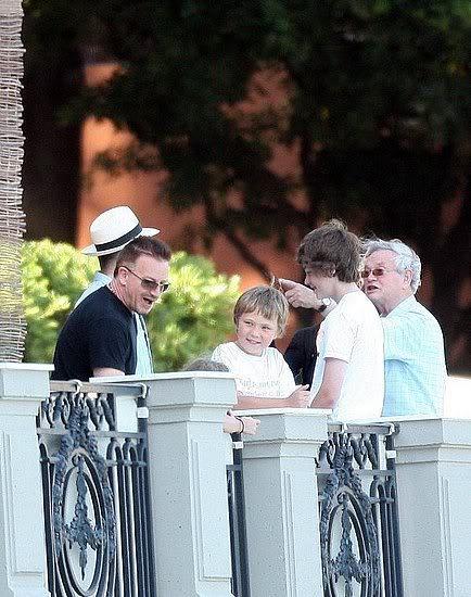 U2 and family ATgAAAAPGOioT-lXYWydfSfjVAB_NqmC7Cz