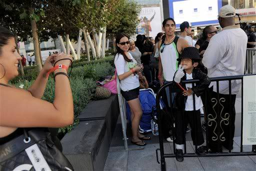 A L.A... già gente per i biglietti! ALeqM5g2km16MYBT174tey9TwjbCx6Chvw