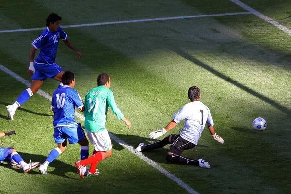 México 4-1 El Salvador... ¿Caminando o corriendo? pero México ya clasificó a Sudáfrica 2010 La-suerte-acompano-a-mexico-0