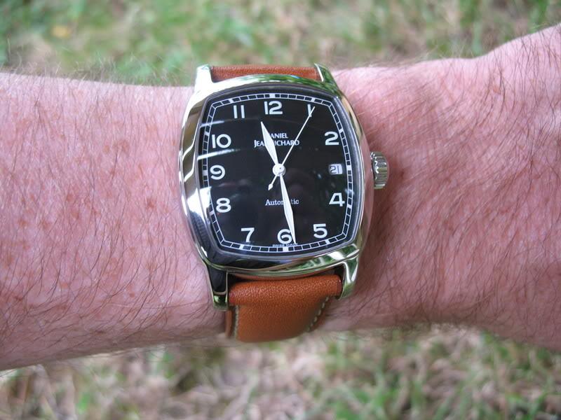 Une première montre automatique tonneau ! Djr011