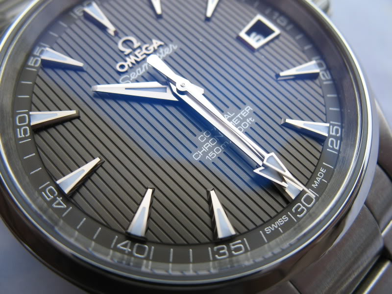 Feu de vos montres à fond anthracite Omegaat011