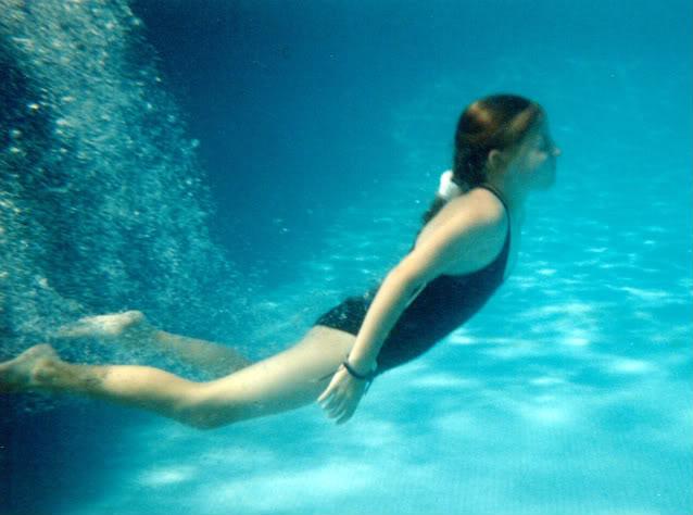 Shprehni ndjenjat e momentit me 1 foto.. - Faqe 6 AGirlinaSwimmingPoolUnderwater