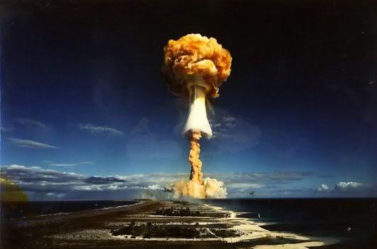 Deux mastodontes et un paraplégique, sous un orage - Page 2 Nuclear_bomb_expo_01