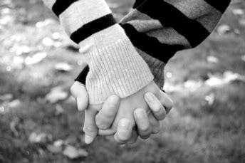 Manda un beso. - Página 6 Holding_hands_by_homarte-1