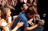 Teen Choice Awards 2010 - Página 3 Th_pattinsonlife-tca-012