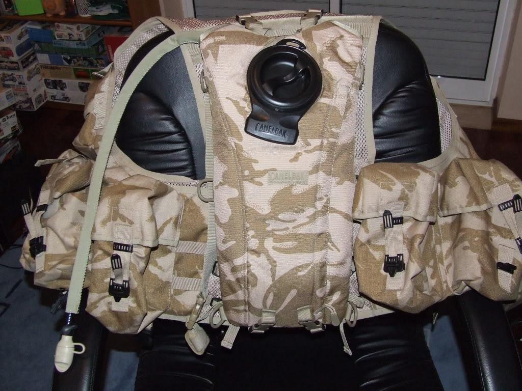 Vendo Material desert DPM Brit: Colete, camelbak Camisa e luvas DSCF5204