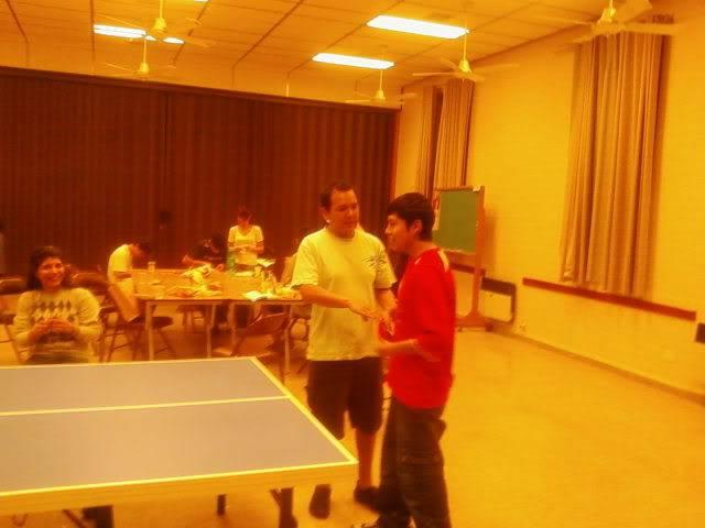 jugando ping pong (?)