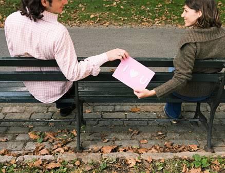 كيفية بناء علاقات و صداقات ناجحة 0901-man-gives-card-in-park_li