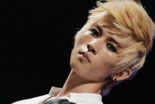 Ídolos del kpop con cabello rubio Kiseop