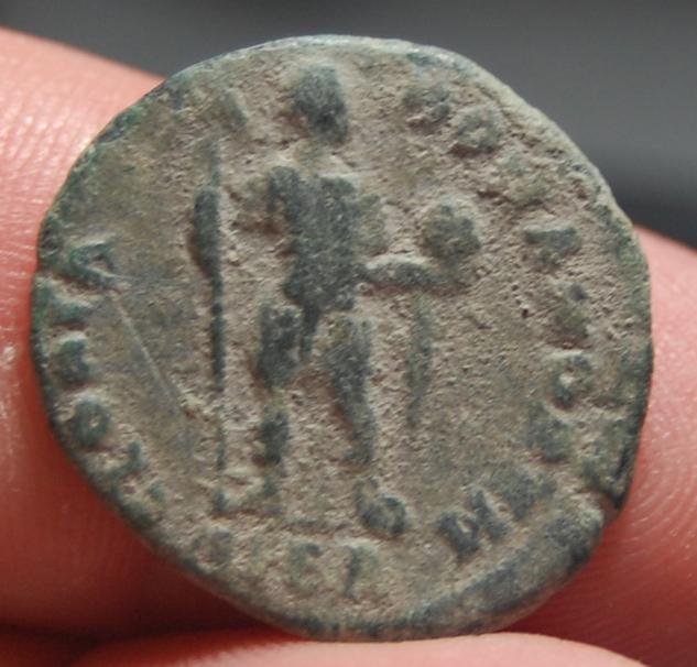 AE2 de Arcadio. GLORIA – ROMANORVM. Emperador estante de frente. Ceca Alejandría. ETYRG