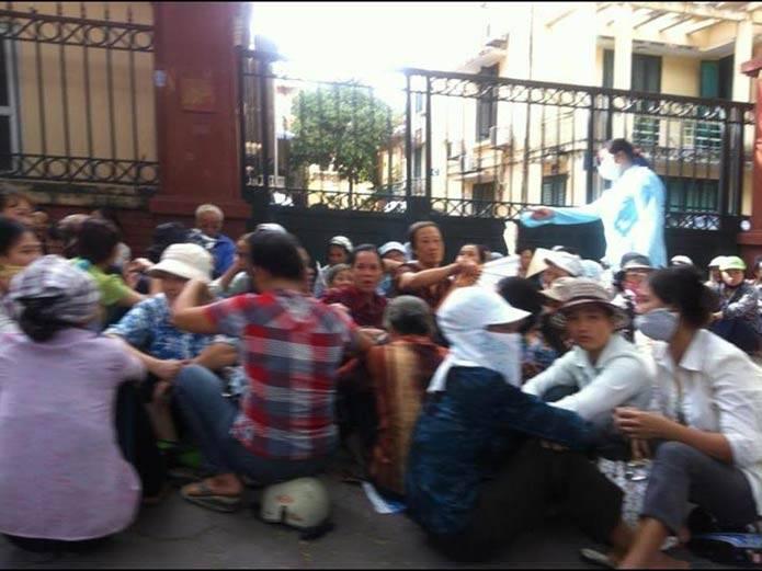Công an ra tay bắt dân oan biểu tình 003
