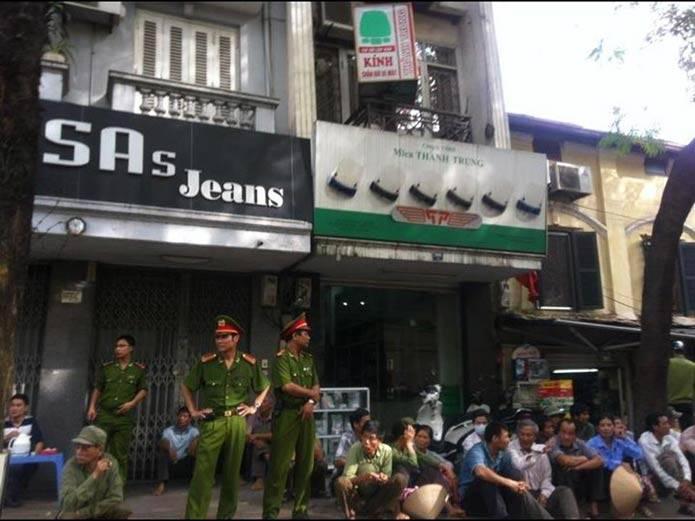 Công an ra tay bắt dân oan biểu tình 004