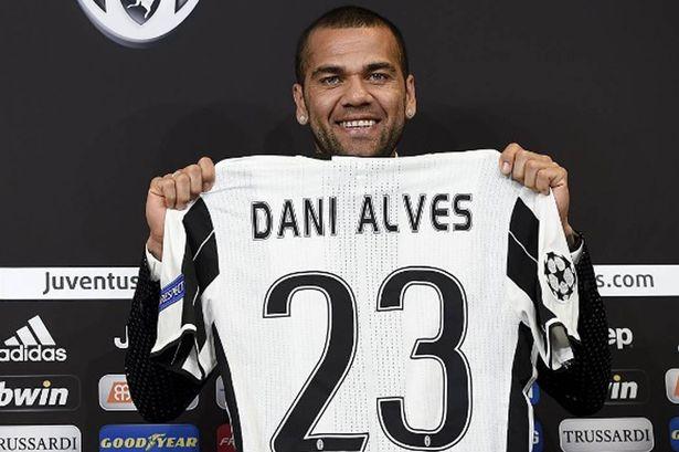 ¿Qué os parece el trabajo de Robert Fernández (director deportivo)?  Dani-Alves-with-the-shirt