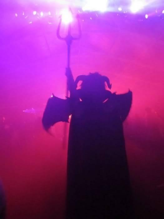 [Net/Mexique/Novembre2011](Esdetodo.com)Bill Kaulitz se déguise en diable et se joint à Tom pour féliciter les Aliens pour leur victoire Satan-20111031183126-744_700