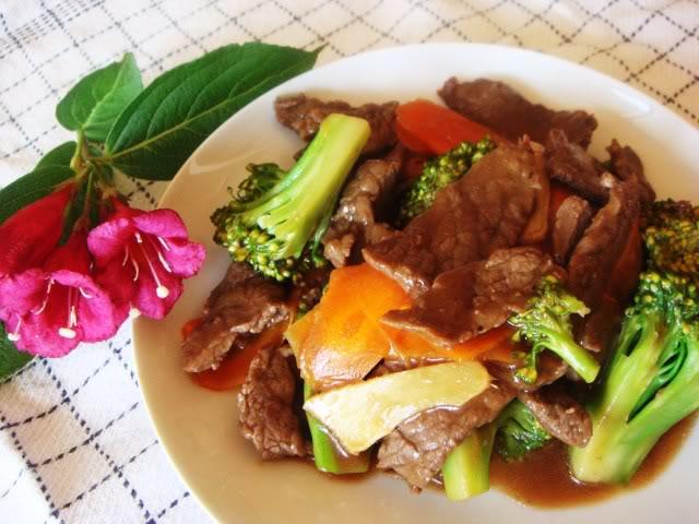 Bò sốt dầu hào với cà rốt và broccoli DSC02331